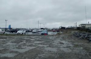 Vue du parking devant la raffinerie