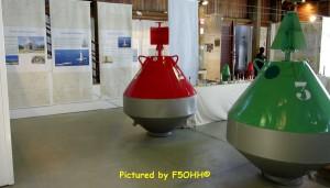 Partie de l'exposition avec deux bouées de chenal Bâbord et Tribord