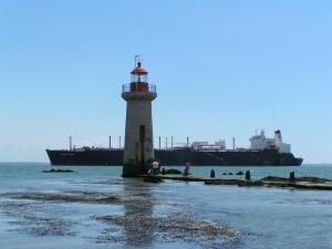 """La Tourelle des Morées, Elle est derrière le phare de """"Villès-Martin"""" et ce tanker, il suffit d'attendre"""