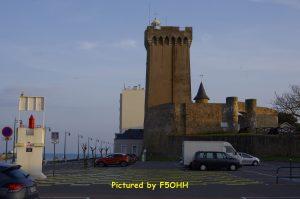 Le phare de La Chaume et un des Fanals de l'alignement 328,1°