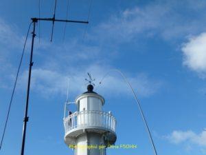 Antennes et phare dans le ciel azur