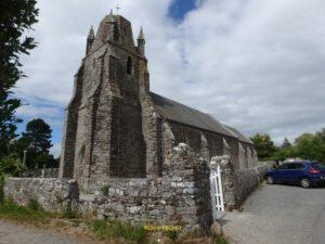 La massive église et son clocher tronqué