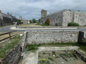 Du lavoir, vue sur l'église et le château